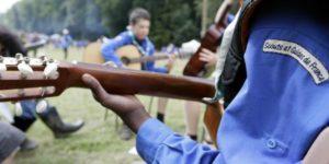 Chef scout qui joue de la guitare